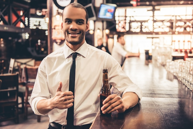 Hombre de negocios, en, pub