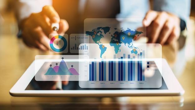 Hombre de negocios que analiza el fondo financiero con realidad aumentada digital.