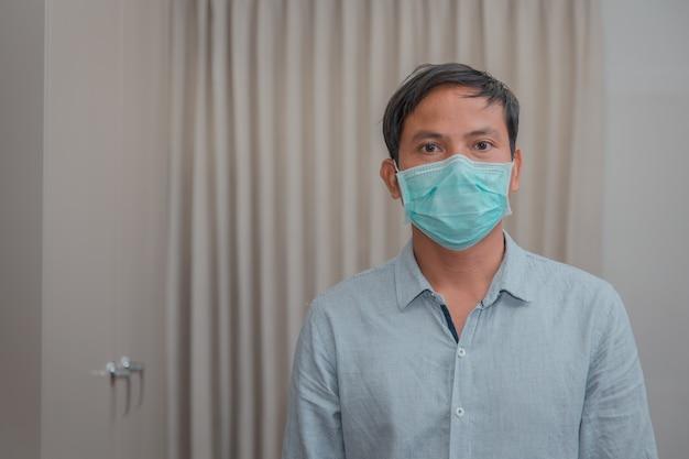 Hombre de negocios que cierra la máscara protectora por enfermedad y tos.