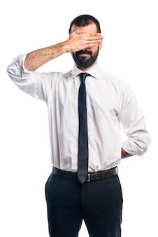 Hombre de negocios que cubre su cara