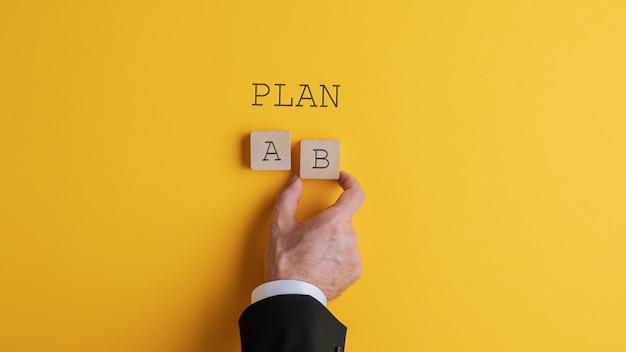Hombre de negocios que elige el plan b