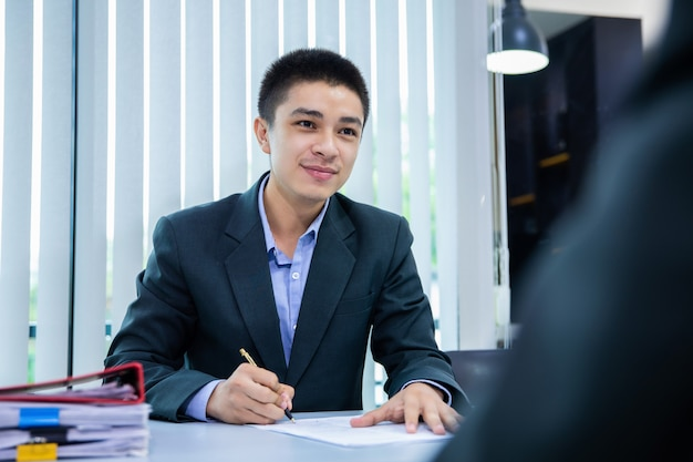 Hombre de negocios que escucha las respuestas del candidato que explican sobre su perfil, concepto de la entrevista de trabajo