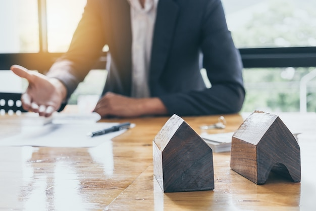 Hombre de negocios que espera firmar el acuerdo para la compra de fondo de casa borrosa. concepto del encargado del banco.