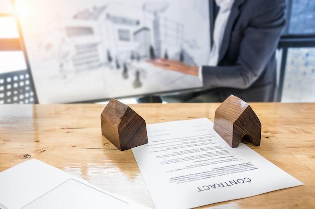 Hombre de negocios que espera firmar el contrato de acuerdo para la compra de fondo de casa borrosa. concepto del encargado del banco.