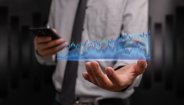 El hombre de negocios que invierte en acciones muestra la ilustración del crecimiento del negocio del gráfico del holograma