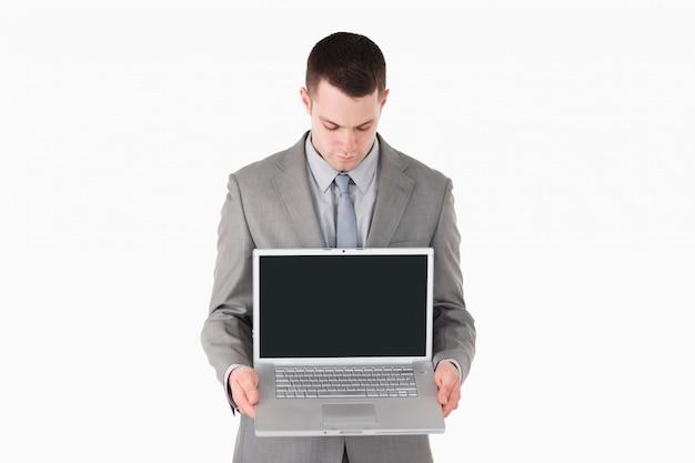 Hombre de negocios que muestra una computadora portátil