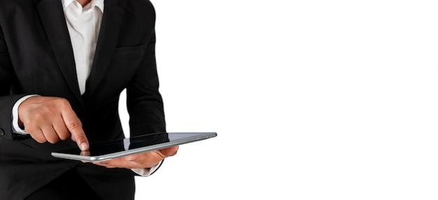 Hombre de negocios que planea la estrategia en la tableta aislada en blanco, bandera.