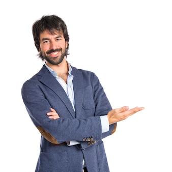 Hombre de negocios que presenta algo sobre fondo blanco aislado