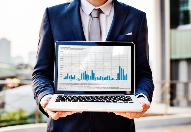 Un hombre de negocios que presenta algunas estadísticas