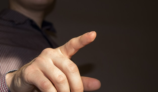 Hombre de negocios que señala el dedo en la pantalla virtual en blanco presionando un botón virtual