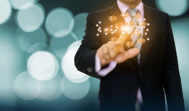 Hombre de negocios que señala el desarrollo del concepto del gráfico y la flecha al negocio en línea de los medios sociales