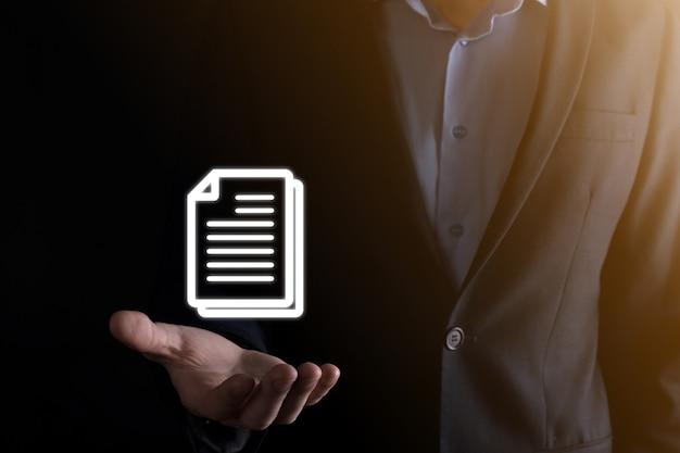 Hombre de negocios que sostiene un icono de documento en su mano concepto de tecnología de internet de negocios del sistema de datos de gestión de documentos. sistema de gestión de datos corporativos dms