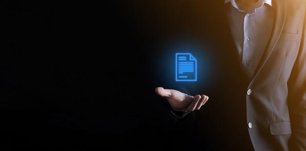 Hombre de negocios que sostiene un icono de documento en su mano concepto de tecnología de internet de negocios del sistema de datos de gestión de documentos. sistema de gestión de datos corporativos (dms).