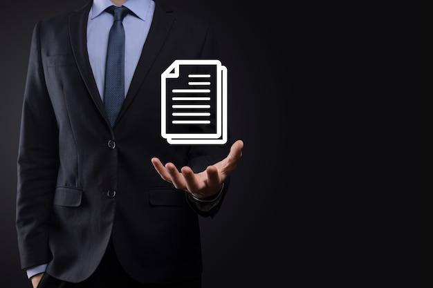 Hombre de negocios que sostiene un icono de documento en su mano concepto de tecnología de internet de negocios del sistema de datos de gestión de documentos. sistema de gestión de datos corporativos dms.