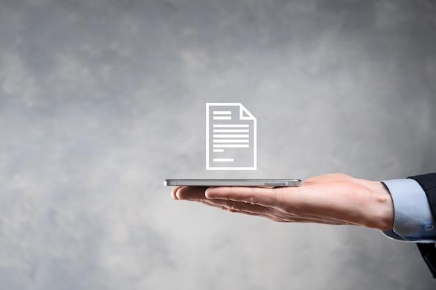 Hombre de negocios que sostiene un icono de documento en su mano concepto de tecnología de internet de negocios del sistema de datos de gestión de documentos.