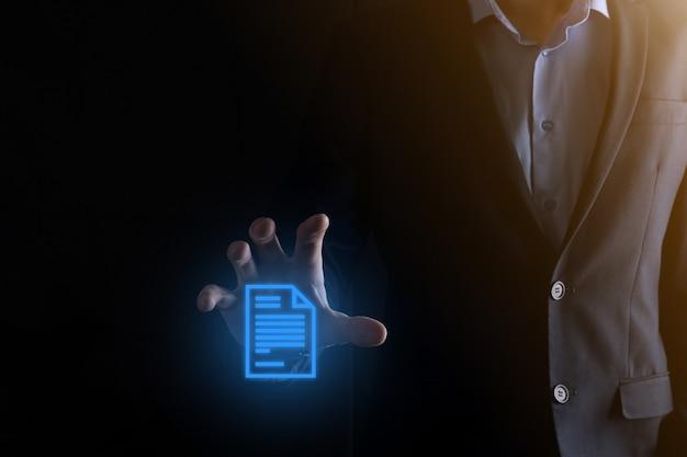 Hombre de negocios que sostiene un icono de documento en su mano sistema de datos de gestión de documentos concepto de tecnología de internet empresarial