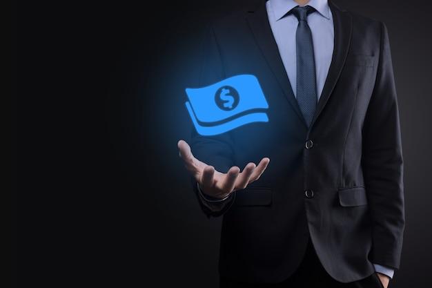 Hombre de negocios que sostiene el icono de la moneda de dinero en sus manos. concepto de dinero creciente para la inversión empresarial y las finanzas. usd o dólar estadounidense en la pared de tono oscuro.