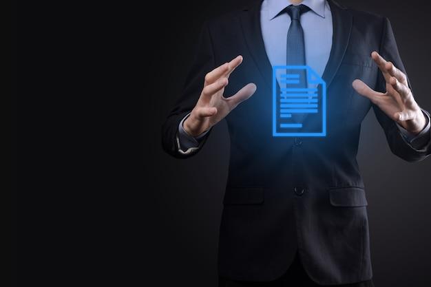 Hombre de negocios que sostiene un símbolo de documento en su mano concepto de tecnología de internet de negocios del sistema de datos de gestión de documentos. sistema de gestión de datos corporativos dms.