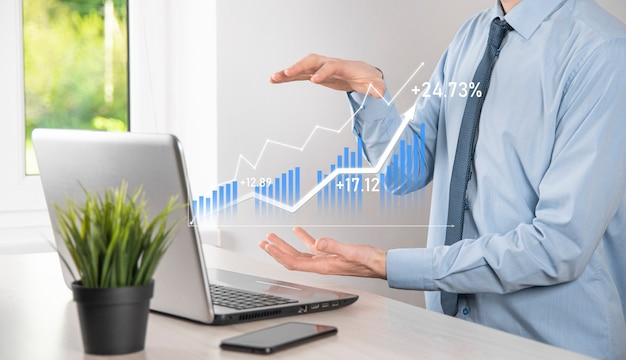 Hombre de negocios que sostiene la tableta y que muestra gráficos holográficos y estadísticas del mercado de valores obtiene ganancias. concepto de planificación del crecimiento y estrategia empresarial. visualización de pantalla digital de buena forma económica.