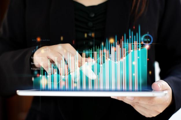 Hombre de negocios que trabaja con análisis de marketing digital ai para invertir el concepto de negocio futuro