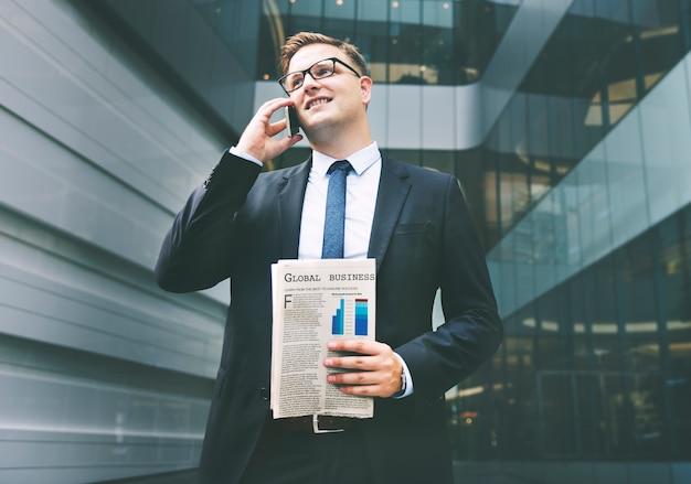 Hombre de negocios que trabaja concepto de teléfono que habla