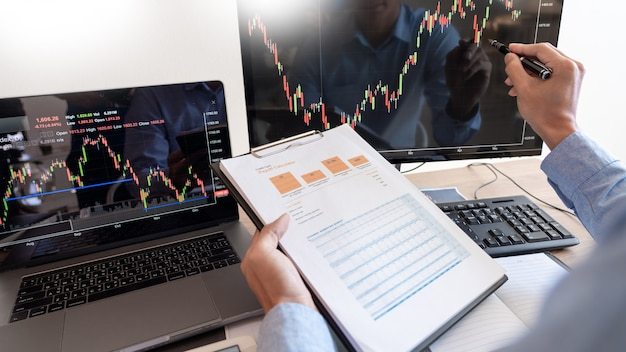 Hombre de negocios que trabaja, equipo de corredor o comerciantes hablando de forex en múltiples pantallas de computadora