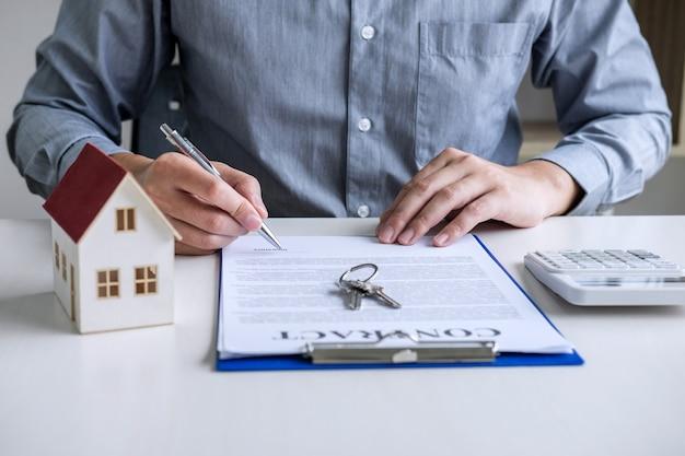 Hombre de negocios que trabaja haciendo las finanzas y el costo de cálculo de la inversión inmobiliaria