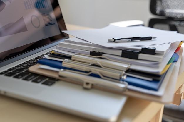 El hombre de negocios que trabaja la lectura documenta el gráfico financiero al éxito del trabajo