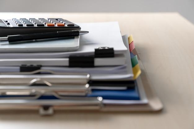 Hombre de negocios que trabaja leyendo documentos gráficos financieros para tener éxito en el trabajo analizar planes de documentos