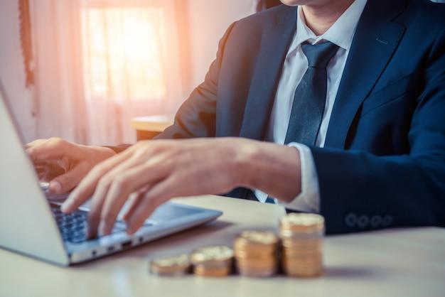 Hombre de negocios que trabaja con moneda moneda. concepto de crecimiento de la inversión y ahorro de dinero.