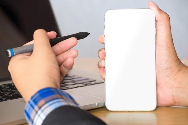 Hombre de negocios que trabaja con el teléfono móvil en blanco.