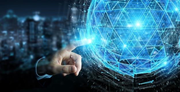 Hombre de negocios que usa el triángulo digital que explota la esfera holograma representación 3d