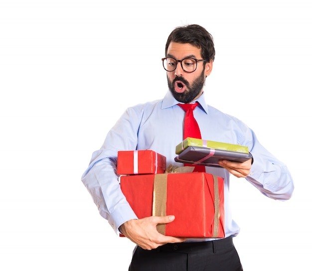 Hombre de negocios con el regalo sobre blanco