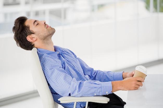 Hombre de negocios, relajante, en, silla