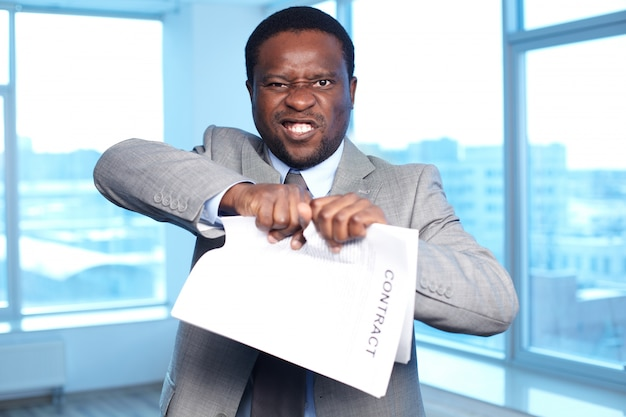 Hombre de negocios rompiendo un contrato