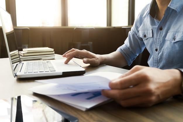 Hombre de negocios en ropa casual trabajando con documentos de datos