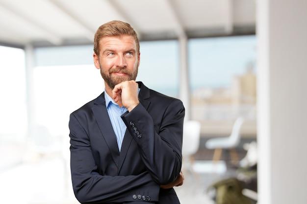 Hombre de negocios rubia feliz expresión