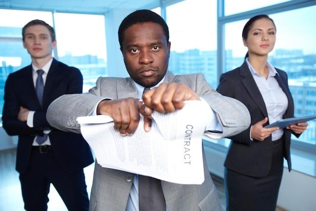 Hombre de negocios seguro rechazando el acuerdo