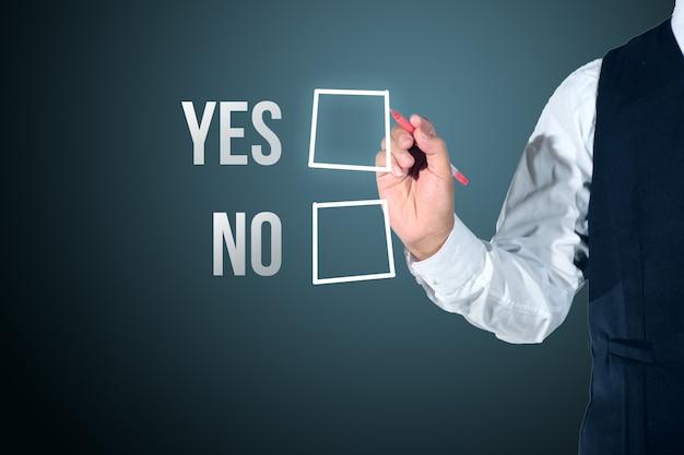 Hombre de negocios seleccione sí o no evaluación