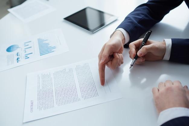 Hombre de negocios señalando al contrato