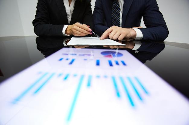 Hombre de negocios señalando un documento