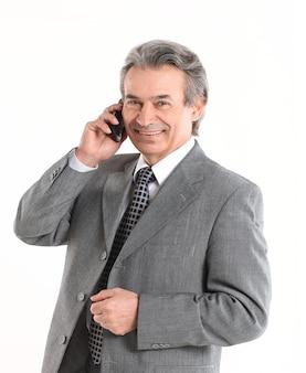 Hombre de negocios senior hablando por un teléfono móvil. aislado sobre fondo blanco.