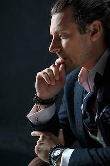 Hombre de negocios, se sentar sobre un sillón