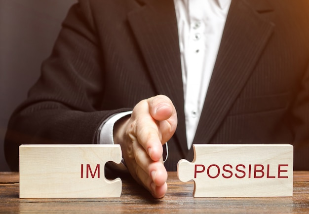 El hombre de negocios separa los puzzles imposibles.