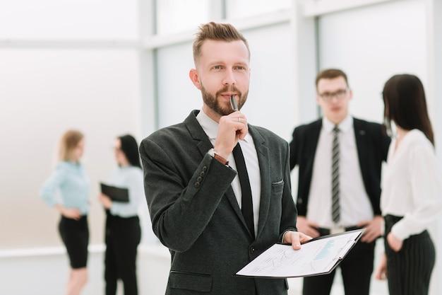 Hombre de negocios serio considerando los términos del contrato