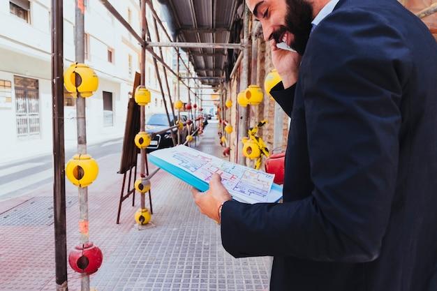 Hombre de negocios sonriente hablando por teléfono
