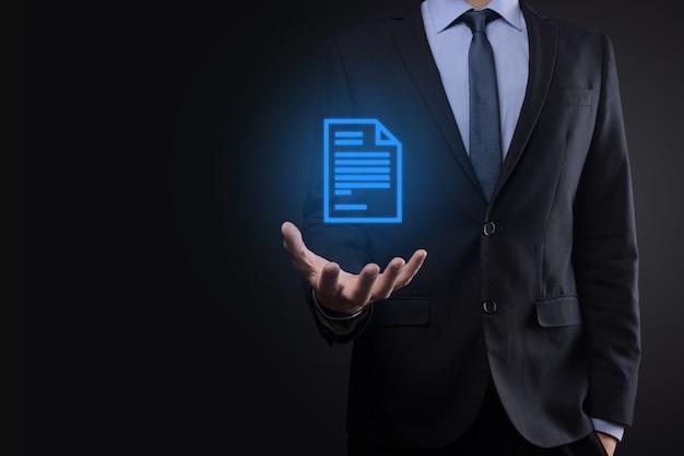 Hombre de negocios sosteniendo un icono de documento en su mano documento