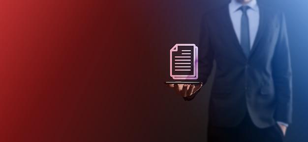 Hombre de negocios sosteniendo un icono de documento en su mano