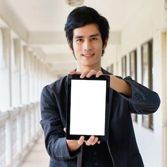 Hombre de negocios sosteniendo y muestra la pc de la tableta de pantalla táctil