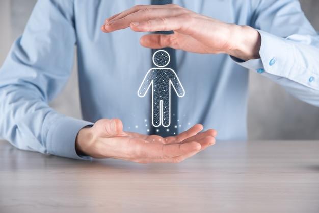 Hombre de negocios sostiene el icono de la persona del hombre en la pared de tono oscuro. hr humano, icono de la gente negocio del sistema de proceso de la tecnología con el reclutamiento, la contratación, la formación de equipos.